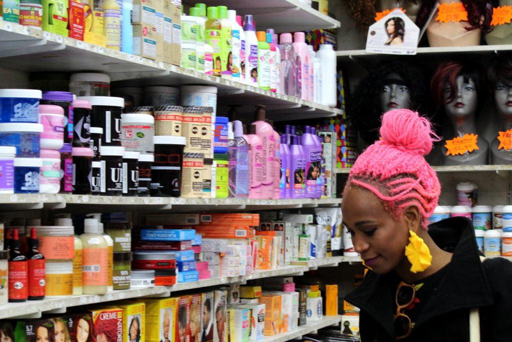 Várias opções de produtos para mulheres negras.